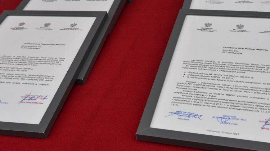 Wojewoda Lubuski w Gminie Niegosławice -  wręczenie promes na zakup ośmiu nowych średnich samochodów ratowniczo-gaśniczych dla lubuskich jednostek Ochotniczej Straży Pożarnej